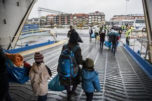 Vid gränsen. Från och med torsdag möts flyktingar som kliver av färjan i Trelleborg av svensk gränskontroll.