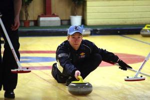 En sammanbiten Niklas Edin lägger sista stenen och bäddar för seger