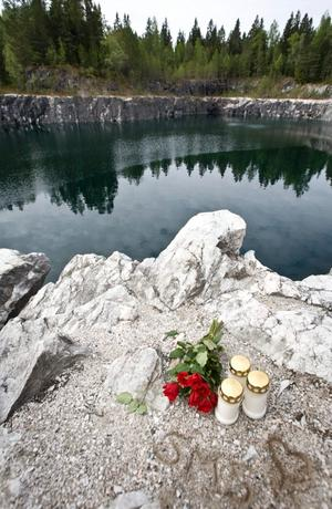 Ljus och blommor har lagts vid olycksplatsen.