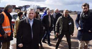 Landsbygdsminister Sven-Erik Bucht (S) med sällskap under besöket vid Bergkvist-Insjöns sågverk.