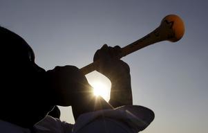 Kan filtreras bort. Vuvuzelan har sedan 1990-talet blåsts på sydafrikanska fotbollsmatcher, och nu också på VM-läktarna. Ljudet retar många och nu har en ljudtekniker i Västerås lyckats sila bort ljudet från den irriterande luren.Foto: ScanpixFoto: Scanpix