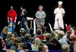Foto: ANNAKARIN BJÖRNSTRÖM Samtal. Efter Kullerbyttas föreställning svarade Monica Svensson, Susanne Mälkvist, Anna Widlund och Björn Carlsson på elevernas frågor.