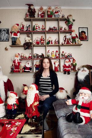 My Larsson med en bråkdel av alla tomtar. Från den 23 december till över jul är allmänheten välkommen att beskåda samlingen.