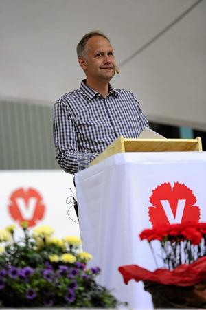 Står och stampar. Vänsterpartiets partiledare Jonas Sjöstedt har inte lyft partiets opinionsstöd, trots att fler än 5-6 procent håller med om euron eller välfärdsvinster.  foto:scanpix