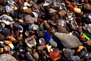 Glaset som har slängts på stranden vid Fort Bragg i Kalifornien har slipats ned till små vackert glimmande bitar.