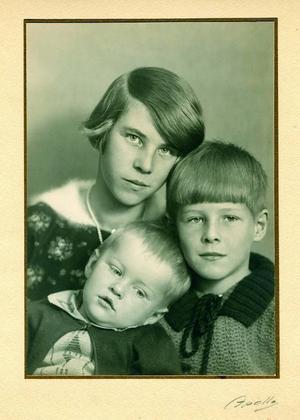 Tove Jansson tillsammans med bröderna Per-Olov och Lars. Foto: Moomin Characters