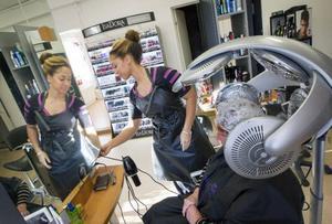 Frisören Monica Danielsson berättar att hon har en fulltecknad bokningslista.– I går klippte jag hår till klockan halv tio på kvällen.