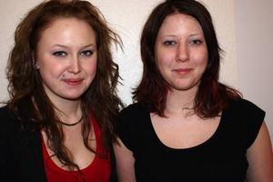 """Malin Elfström och Margona Berg har lett arbetet med """"Den över-givna dockan"""", som spelades av Röda Ladans unga teatergrupp i helgen."""