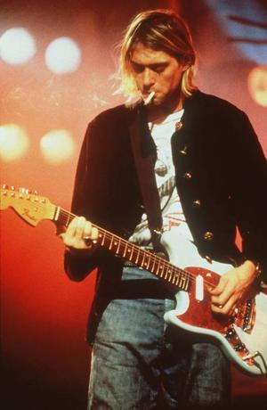 Grungens stilikon nummer ett: Kurt Cobain i bandet Nirvana.Typiska grungeplagg är noppiga koftor, flanellskjortor och smutsiga, stentvättade jeans. Gärna i lager på lager.Foto: Scanpix