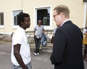 Tobias Billström i samspråk med Mohamed Houssein Mohamed, 16, från Somalia, som efter fem månader i Sverige redan lärt sig prata lite svenska.