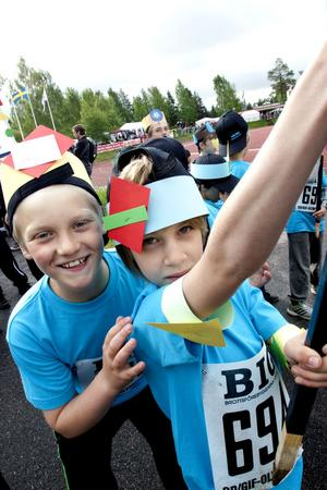 Pyssel och papp plus friidrott är en lyckad kombination. Emil Wallen till höger och hans klasskamrat från Vikingaskolans 3B hade insett detta.