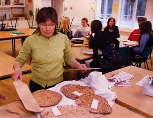 Marianne Persson från Näverede lärde eleverna att laga samisk mat. Här ska säckbrödet delas ut.