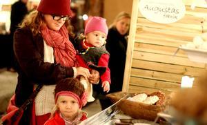 Jenny Eldh, tillsammans med barnen Ingvild 1,5 år och Idun, fyra år, köper chokladbollar.