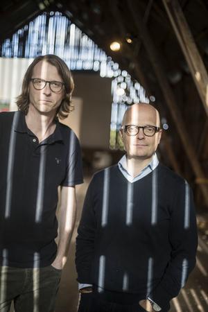 Konstnären Lennart Samor och forskaren Jörgen Sparf sätter upp utställningen