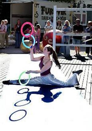 Foto: GUN WIGH Akrobatik. Furuviksbarnen uppträdde i Boulognern på söndagseftermiddagen.