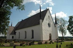 OEKONOMISKT. Tierps kyrka ståtar vacker i solen. Men under den kalla årstiden är värmesystemet i kyrkan oekonomiskt och nu ska det bytas ut.