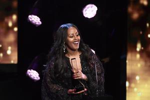 Cherrie tar emot priset Årets Hiphop/soul under Grammisgalan.