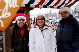 Eva-Maria Forsgren, Åvestbo byalags ordförande Helen Fahlin och Lena Eriksson laddar för julmarknad i Åvestbo på lördag.