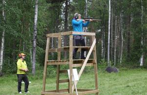 Ann Margret Tjärnås skjuter sina serier på björntavlorna efter instruktioner från Mats Hjältman.
