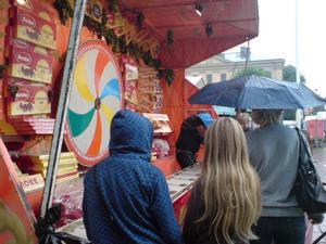 Torsdag 13.33 men att spela på chokladhjul är kul trots regn.