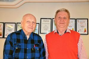 Roland Karlsson och Bengt Friberg, styrelsemedlemmar i Askersunds bridgeklubb Singelton.