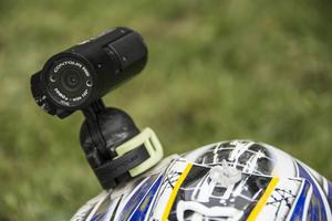 SideHillers använder en Contourkamera HD, en vanlig sportkamera som kostar mellan 3000 och 4 000 kronor. Kameran sitter i ett kamerafäste som är fastklistrad på hjälmen. Själva fästet i kameran är lätt att knäppa lös och allt sitter fast i kardborre som gör att den faller av om den skulle fastna i ett träd eller liknande.