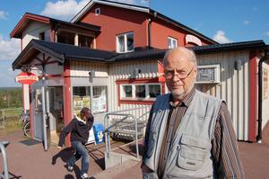 Upprörd. Stängningen av butiken är ett dråpslag mot Gesunda, enligt kunden Sören Hedberg. Foto:Birger Nylén