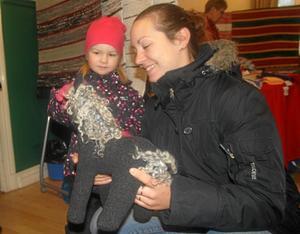 Ullig häst. Wilma och Mikaela Persson klappar Kerstin Holmbergs mjuka ullhäst.