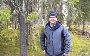 """Garnlav (i ljusa """"trådknippen"""" som hänger på grenarna) hör till de rara arter som gör att Ingvar Karlsson inte kan avverka. Foto: Rosa Golzio/DT"""