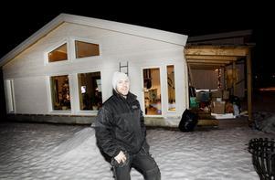 """Tobias Svenssons och Carolina Kaustinens husbygge är ett av sex hus som hittills börjat byggas på de 24 nyaste tomterna i Stureborg. Variationen i området är redan stor. """"Vi har inget byggföretag utan gör det mesta själva"""", säger Tobias, som är elektriker."""