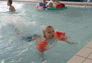 10:47 Joel Persson, 5 år från Ljusdal, besökte simhallen och han verkade stortrivas i vattnet. Hans bentag var det inget fel på för det skvätte ordentligt när han plaskade med sina fötter i vattnet.