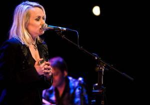 Louise Hoffsten gav ett självklart intryck på Storsjöteaterns scen och spelade inför en nöjd publik. Foto: Anton Enerlöv
