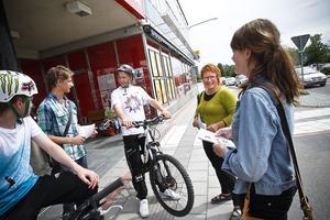 Förändringsagenterna Jonathan Nordh och Ellen Nilsson (med flygblad i handen) får direkt kontakt med unga så att politikern Malin Ängerå får veta vad de anser om livet i Ljusdal.