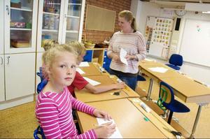 Elsa Karlsson och hennes skolkamrater får instruktioner av läraren Carolina Sandholm.