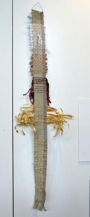 Ståltråd, paketsnören, stickor och band finns invävt i denna kreation.