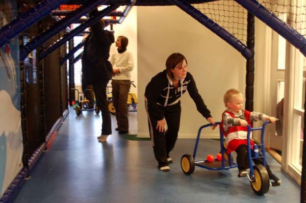 """Felix Skytt, 2,5 år gillade att cykla. """"Det är jättekul, han är helt galen"""", säger mamma Elin Skytt från Skutskär som hyr stuga i Lofsdalen."""