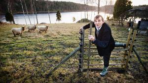 Fårägare och debattör. Artur Granstedt har några får på sin gård. Här vid sjön skriver han både böcker och artiklar. Artur Granstedt är det ekologiska jordbrukets kanske främste förespråkare – inte minst i debatter med forskare på Sveriges lantbruksuniversitet. Nyligen tog han emot Utstickarpriset, som lyfter fram personer som vågar gå sin egen väg.