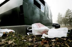 nedskräpning. Sopspionerna har sparkats, men nu ökar problemen med nedskräpning vid återvinningsanläggningarna.Foto: Sofie Wiklund