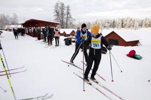 Mikael Rauden växlar över till Anders Tollmar på andrasträckan.