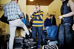 Laddar. Jesper Lindholm från Trollhättan, i randig tröja, ska snart upp på scenen.