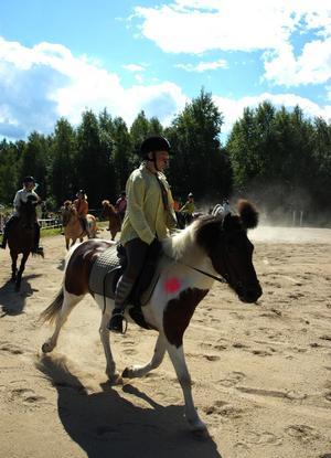 Clowner på hästar. Årets tema var cirkus och de unga ryttarna var utklädda och sminkade i glada färger. Foto:Staffan Alberts