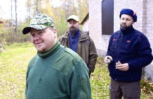 Husse Hasse Nilsson har all anledning att vara stolt över sin jämthund Tuffen, som redan på måndagsförmiddagen fixade älg till både egna jaktlaget Björnhyttan och till grannlaget Saxdalen.