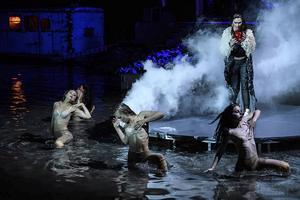 Spåarian inramas av rök och dödsänglar i vattnet. Detta är föreställningens visuellt starkaste parti.