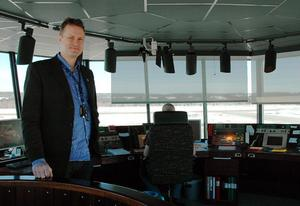"""NYTT TORN. Flygledartornet på Midlanda har 50 år på nacken och är slitet. Flygtrafikledningschef Erik Bäckman ser fram emot den nya centralen från vilken även flygtrafiken i Örnsköldsvik ska kunna dirigeras. """"Flygledarna kommer att sitta i en kontorsmiljö, men ändå ha en känsla av att de sitter i ett torn"""", förklarar han."""