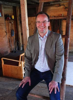 Anders Emilsson är till vardags anställd i Stockholms läns Blåsarsymfoniker, han är dessutom tonsättare och dirigent. På lördag öppnar han sin lada i Uppsälje för ett musikprogram för tionde året i år med en nyöversatt opera till Järnamål.