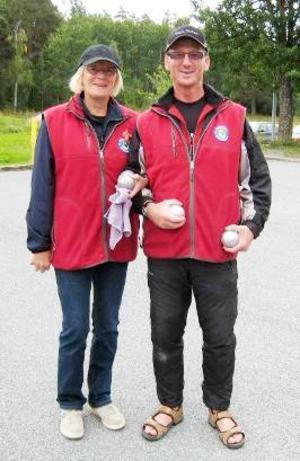 SPF spelade boule-DM Fredagen den 28 september 2009 spelades SPF:s årliga DM i boule på Björkbackabanorna i Östersund. 32 personer deltog från sex av föreningarna i distriktet. Vädret var inte det bästa denna dag men spelhumöret var gott i alla fall. Vinnare blev Eva Persson och Mats Hult från SPF Frösön (bilden). De segrade i en spännande match över bröderna Sölve och Kent Staaf, även de från Frösöns SPF. Tävlade om tredje och fjärde pris gjorde Ingrid Lundberg/Reinhard Winther från Östersunds SPF mot Ann-Margret Kvist/P-O Danielson från Västra Storsjöbygdens SPF-förening. Västra Storsjöbygden avgick med segern. Domare var Sölve Staaf med bistånd av Maj-Britt Engelbrektsson.