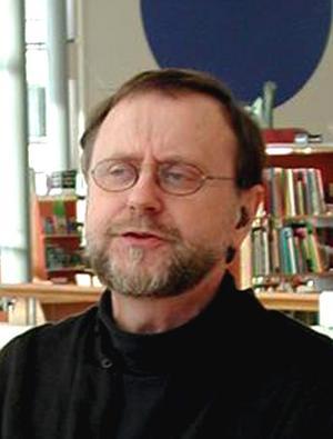 När Torgny Åström kommer hem igen ska han medverka vid en träff som pensionärsföreningen Kontakt håller. Torgny ska då på klingande finlandssvenska gestalta biskop Frans Michael Franzén.