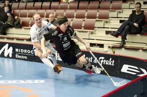 Rasmus Enström tar sig förbi förre IBF Falun-spelaren Mattias Helgesson.