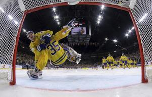 William Nylander kastar sig över Henke Lundqvist efter att VM-guldet är ett faktum.
