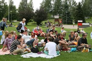 Redan tidigt på onsdagen hade mycket folk samlats i Öjeparken.